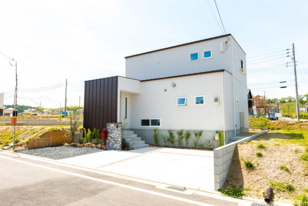 青い扉が印象的なカジュアルな家イメージ3