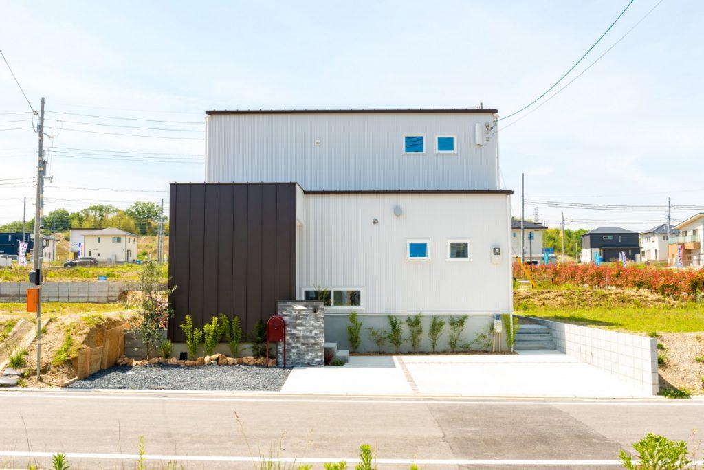 青い扉が印象的なカジュアルな家イメージ2